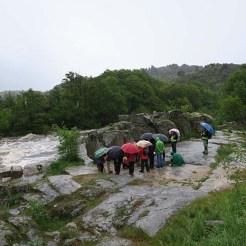 """Las """"marmitas de gigante"""" del río, tapadas en parte por la crecida."""