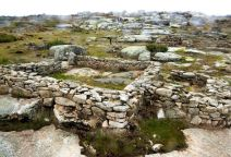 Varias casas reconstruidas por la actuación arqueológica