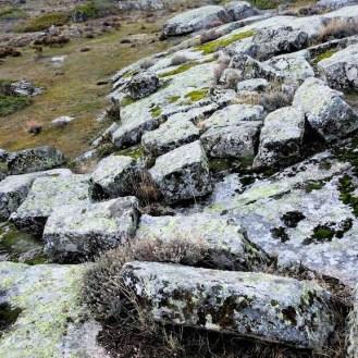 Cantera abandonada con bloques preparados para utilizar