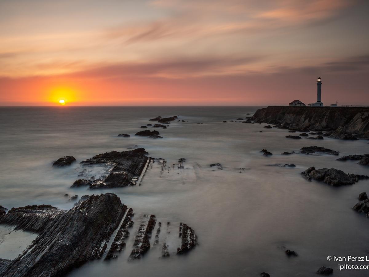 Puesta de sol sobre el océano Pacífico desde Punta Arenas, California, USA
