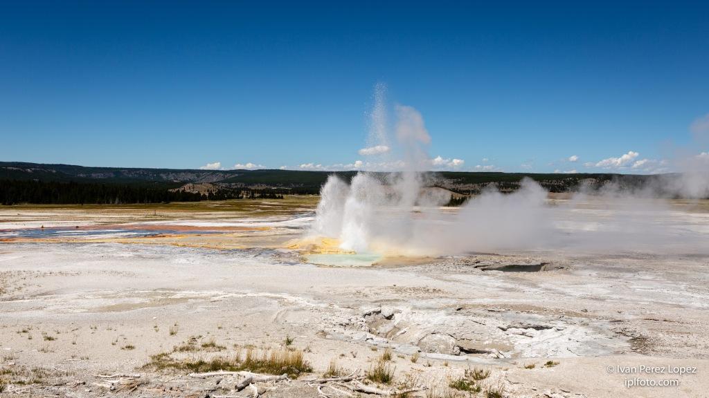 Géiser Clepsydra, en el Parque Nacional Yellowstone, Wyoming, USA. Fue descubierto en 1878 y durante décadas su estallido era tan regular como un reloj hidráulico.