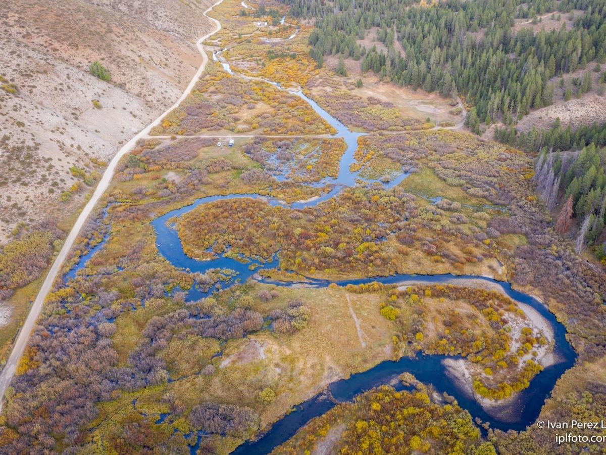 A vista de dron, el río Little Smoky Creek, en las montañas Sawtooth, Idaho, Estados Unidos.